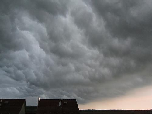 Zieht ein Gewitter auf, sieht man es sich am besten aus sicherer Entfernung an - und nicht unter freiem Himmel.