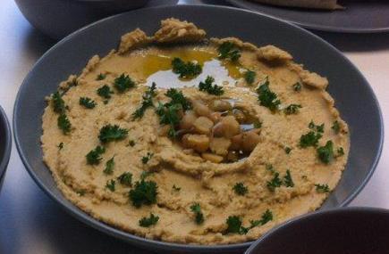 Hummus - ganz leicht, ganz lecker, ganz schön viel Knoblauch. ;-)