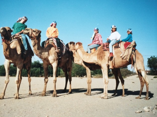 """Kamelreiten in der Nähe von Swakopmund. Kamele gibt es in Namibia nur als """"Import"""". Foto: Kerstin Funke"""