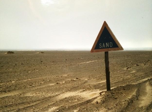 Vorsicht, Sand! An der Skelettküste, mit Steckenbleiben im Wüstensand und Freikommen nach Opfern zweier Isomatten. Foto: Kerstin Funke